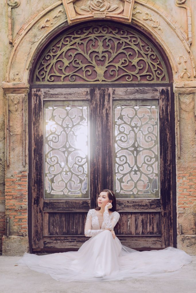 ลวดลายงดงามบนบานประตูใช้เป็นมุมถ่ายรูปได้